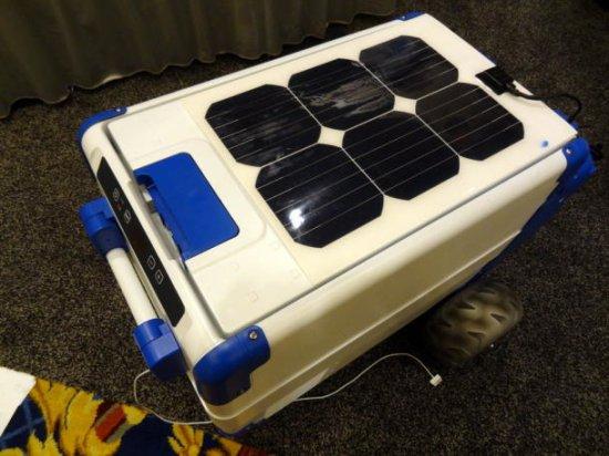 迷你太阳能冰箱:能制冰还能给手机充电图片