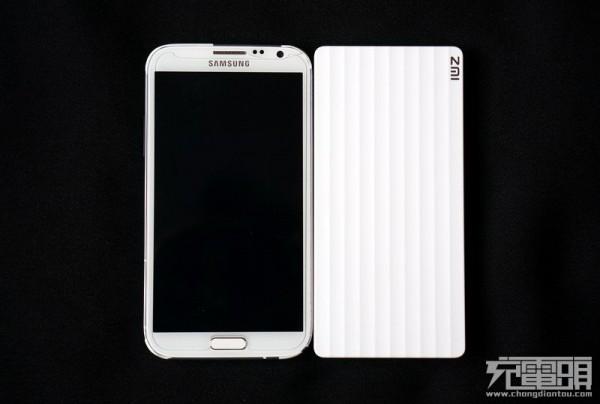 三星galaxy note2手机与zmi pb810的俯视体积对比,两者在视觉上的大小