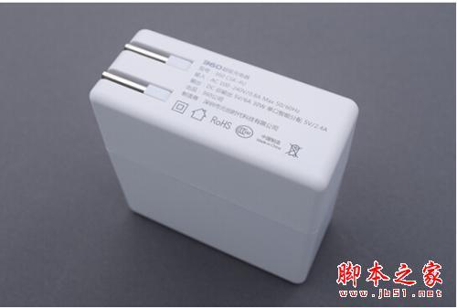 充电器的铭牌规格与包装盒背面的标注一样,多了一些安规图标,图标显示