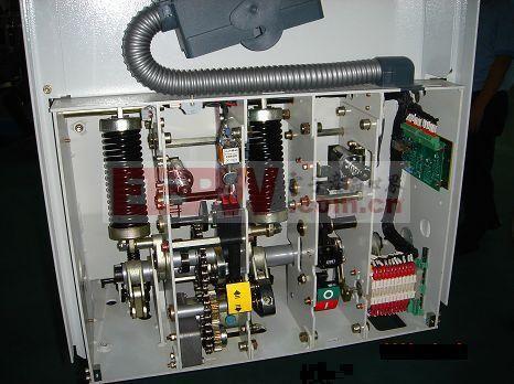 断路器一般由触头系统,灭弧系统,操作机构,脱扣器,外壳等构成.