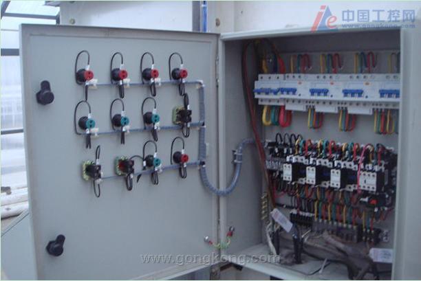 然后打开加热器控制柜,如下图:         打开电源柜三相电的总开关